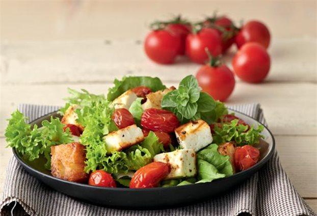 Πράσινη σαλάτα με ψητά ντοματίνια και μανούρι