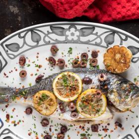 Τσιπούρες φούρνου με ελιές και λεμόνι