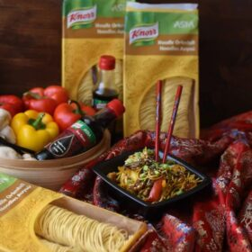 Noodles με κοτόπουλο, λαχανικά και σάλτσα με σόγια, μέλι και σουσάμι
